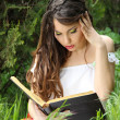 Young beautiful girl reading a book at the nature. outdoor — Stock Photo