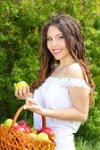 Beautyful vrouw aanwezig apples.go aan u over de aard — Stockfoto
