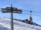 Chairlift in mountains — 图库照片