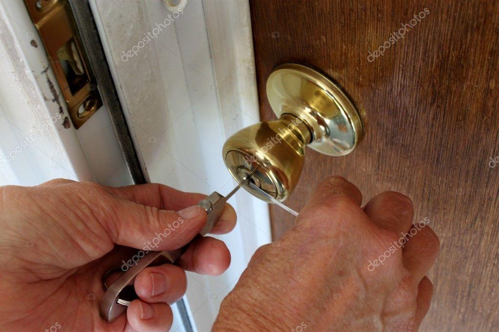 Слесарь открыть дверь