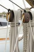 滑轮和绳索的帆船 — 图库照片