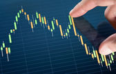 касаясь биржевой диаграммы — Стоковое фото