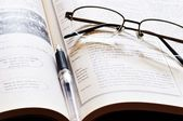 眼镜和笔 — 图库照片