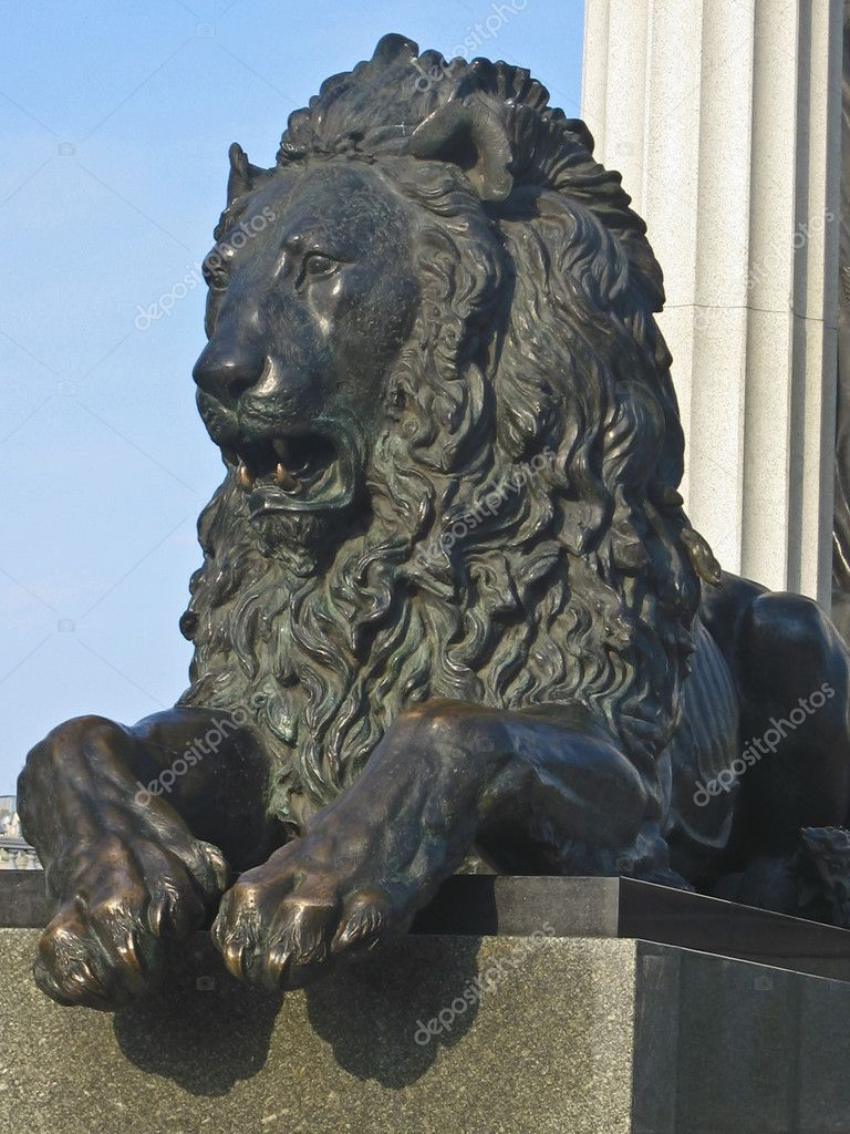 Statue of lion near cathedral of Jesus Christ Saviour in Moscow, Russia. — Stock Photo #6728360