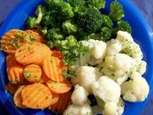 Mixed vegetables carrots, broccoli, cauliflower on a blue plate — Stock Photo