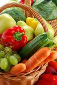 Kompozycja z surowych warzyw i wiklinowy kosz — Zdjęcie stockowe