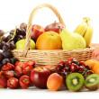owoce i Wiklinowy kosz — Zdjęcie stockowe