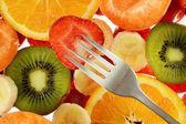 Kolorowy kompozycja z różnych owoców i widelec — Zdjęcie stockowe