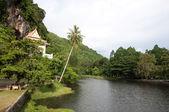 Templo y río — Foto de Stock