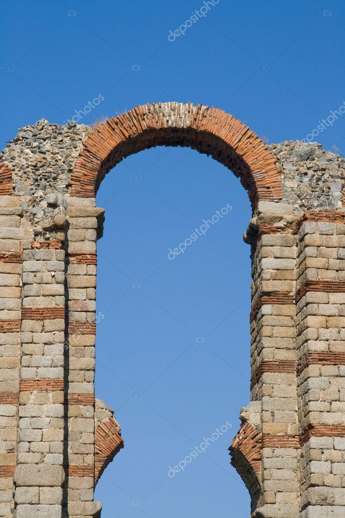 The aqueduct of the Miracle from Roman epoch placed on ancient Roman province Lusitania — Stock Photo #5794172