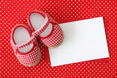 Baby shoes and blank note — Stock Photo