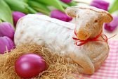 Easter lamb cake and purple tulips — Zdjęcie stockowe