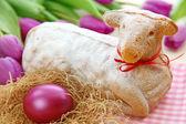Wielkanocny baranek ciasto i fioletowy tulipany — Zdjęcie stockowe