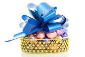 Zlatý koš s velikonoční vajíčka — Stock fotografie