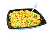 černý čtvercová deska se salátem z rýže a zeleniny — Stock fotografie