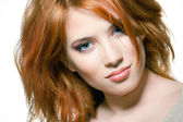 Closeup retrato de una mujer joven sexy con el pelo rojo y maquillaje natural — Foto de Stock