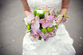Bouquet in bride's hands — Stok fotoğraf