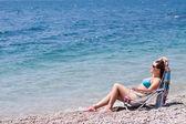 молодая женщина на пляже — Стоковое фото