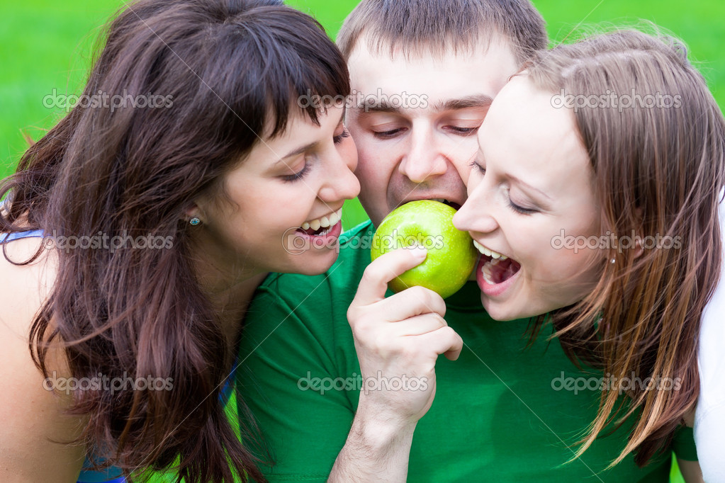 Happy eating a green apple together — Stock Photo #5598769