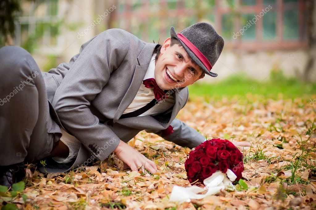 Smile happy groom with wedding bouquet — Stock Photo #5764276