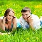 pareja joven con teléfonos móviles — Foto de Stock
