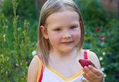 Dziewczynka z truskawkami — Zdjęcie stockowe