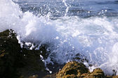 Ocean wave crash onto rocks — Stock Photo