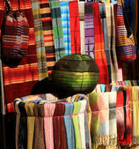 Coloridas telas para la venta en essaouira, marruecos, áfrica. — Foto de Stock