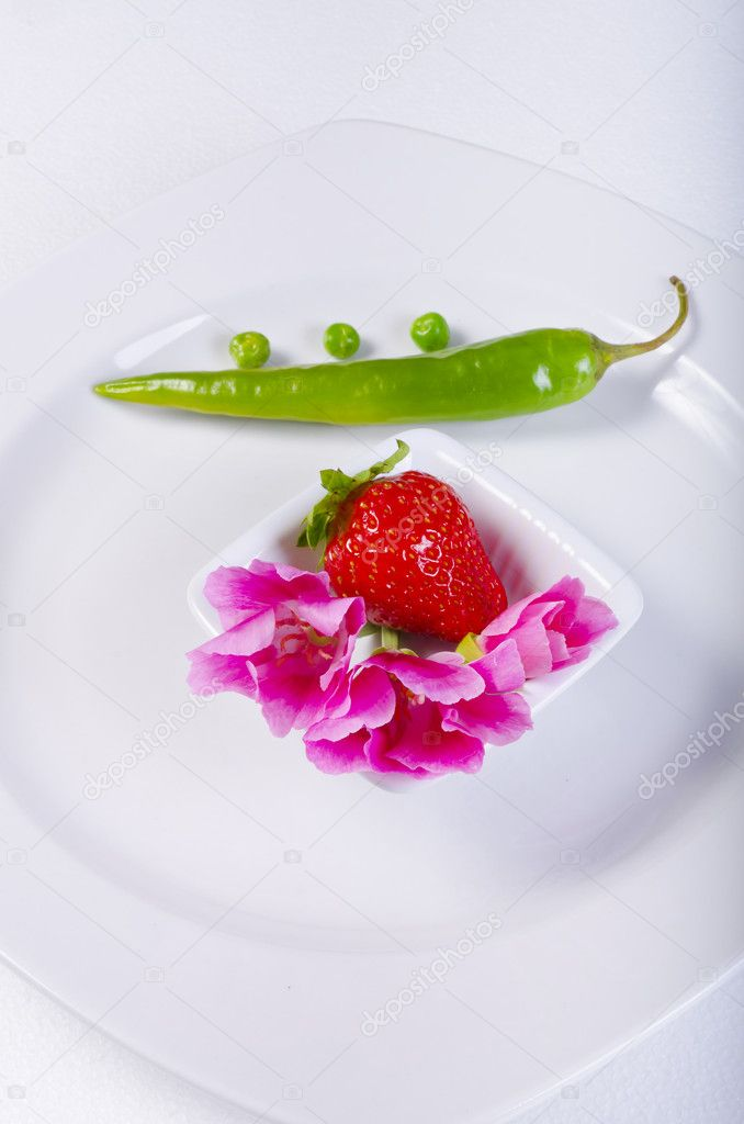 A summery composition with flower, paprika and strawberry — Stock Photo #6144783