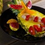Krab pluje z ananasem — Zdjęcie stockowe