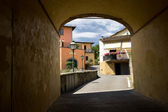 View of the city in Tuscany through the arch — Stock Photo