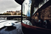 Reflection in the windows of Paris on a barge — Stockfoto