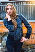 Chica de pelo largo cerca de equipos de construcción — Foto de Stock