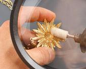 The jeweler polishing gold — Stock Photo