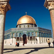 The afternoon sun shines on the golden Dome of the Rock and chur — Stock Photo