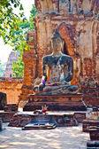 Estatua de buda de la luz hermosa en templo mahathat — Foto de Stock