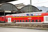 Tren entra en la estación de tren de hierro clasicista — Foto de Stock