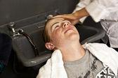 年轻男孩在美发师 — 图库照片