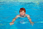 Child has fun in the pool — Stock Photo