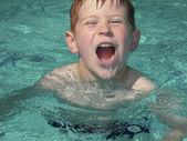 Garçon de crier dans la piscine — Photo