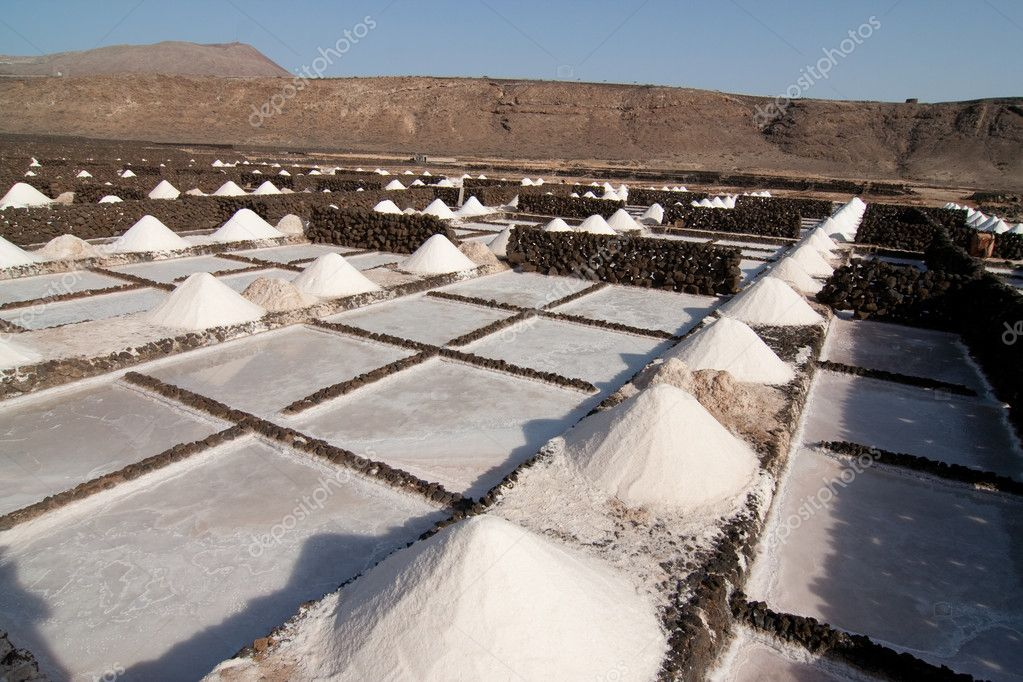 Salt will be produced in the old historic saline in Janubio, Lanzarote — Stock Photo #5522859