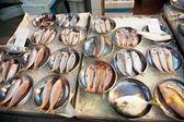 Całe, świeże ryby są oferowane na rynku ryb w azji — Zdjęcie stockowe