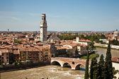 Vistas desde la colina sobre la ciudad medieval con verona — Foto de Stock