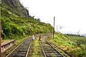 Gå på rälsen av järnvägen i högländerna — Stockfoto