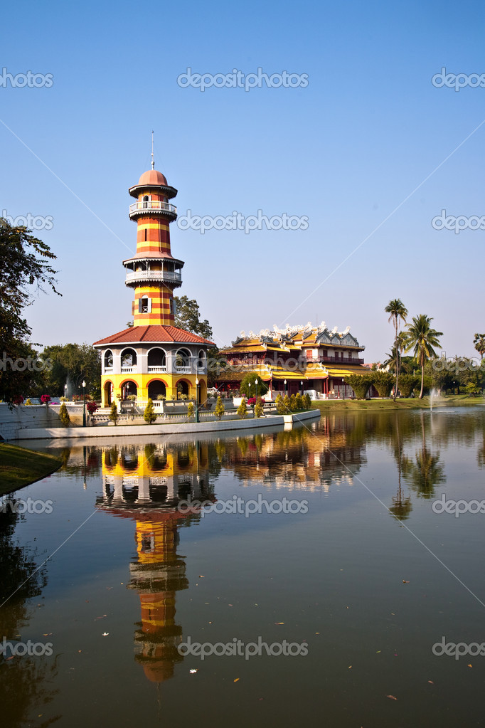 The Royal Residence (Phra Thinang) and Sages Lookout Tower (Ho Withun Thasana) of the Thai royal Summer Palace of Bang Pa-in near Ayutthaya and Bangkok — Stock Photo #5543631