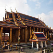 Famous temple Phra Sri Ratana Chedi covered with foil gold in th — Stockfoto