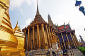 Famous temple Phra Sri Ratana Chedi covered with foil gold in th — Fotografia Stock