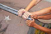 Chlapci se vyslovují rampa s rukama na jiné místo — Stock fotografie