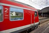 Tren rojo sale de la estación — Foto de Stock
