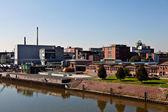 旧工业楼宇在河 — 图库照片